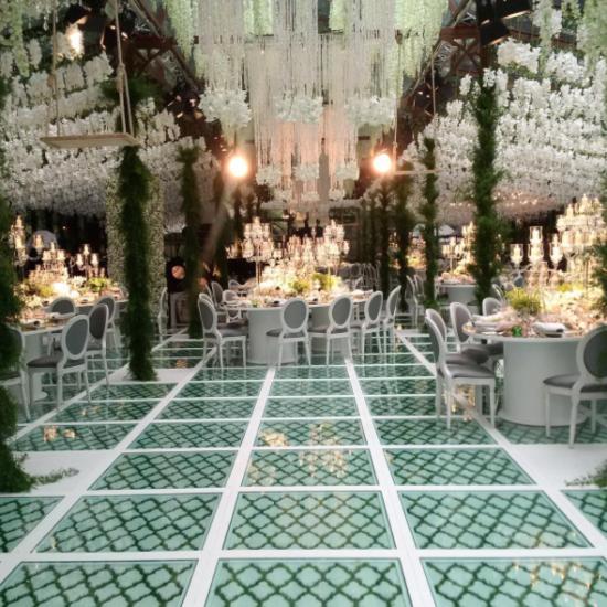 Bruiloft In Florence Met Kroonluchters En Bloemen 550x550